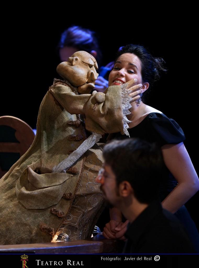 Uberto (títere) y la soprano (Eugenia Enguita). Fotografía de Javier del Real.