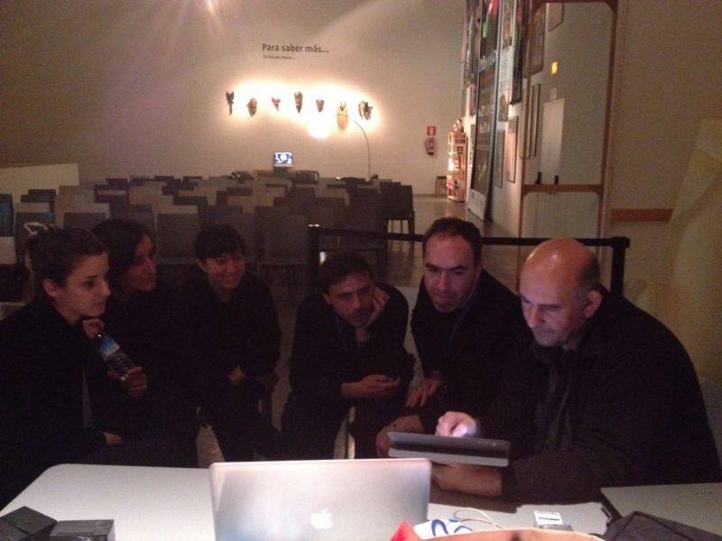 Enrique Lanz conversa con los actores