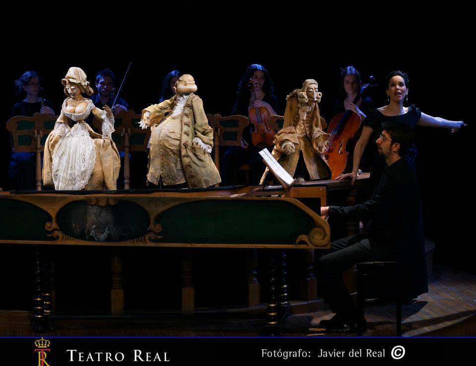 Títeres, cantantes, músicos, director... Fotografía de Javier del Real.